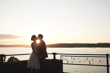 Brautpaar Sonnenuntergang Küssen See Professioneller Fotograf